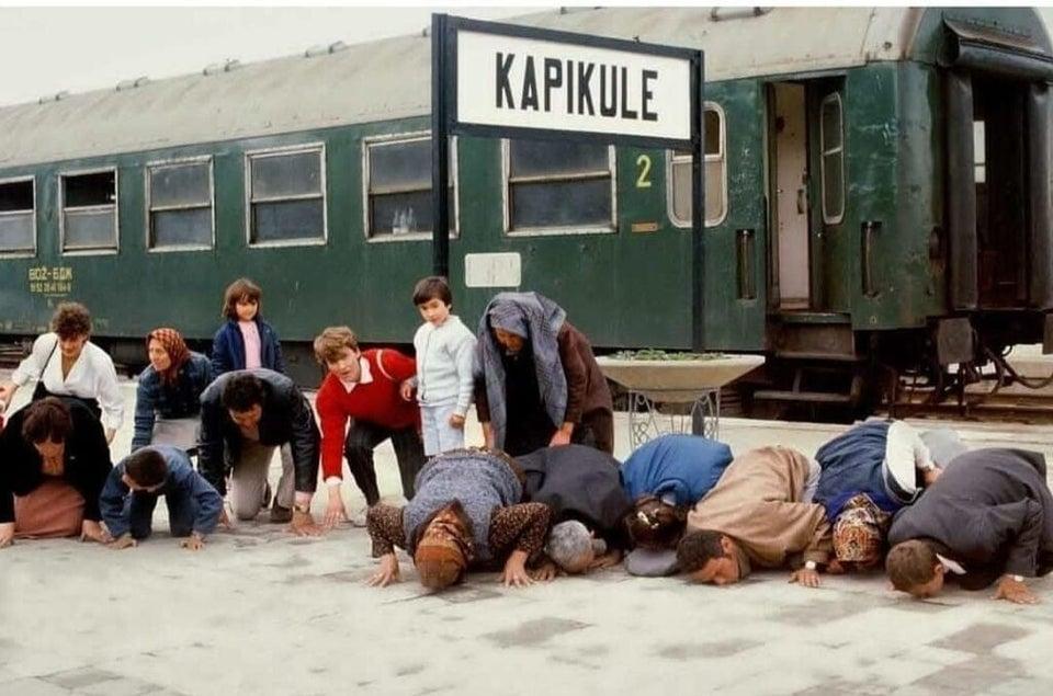 Turcos que escaparam da Bulgária comunista beijando o solo quando chegaram à Turquia, 1989