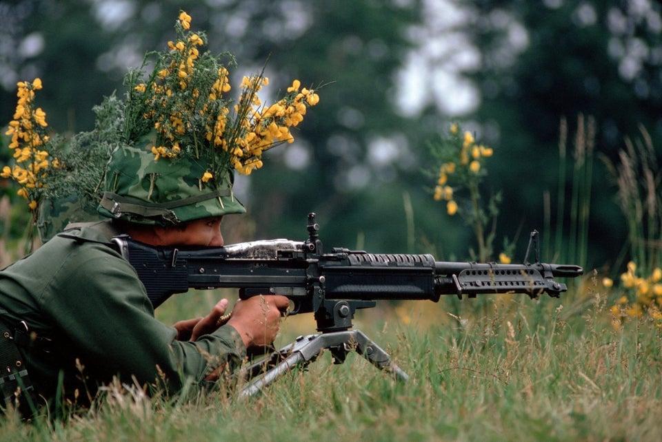 Soldado americano de infantaria camuflado armado com uma metralhadora M60, 1972