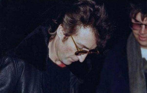 John Lennon assinando um autógrafo para Mark David Chapman, o homem que o mataria cinco horas depois, Nova Iorque, 1980