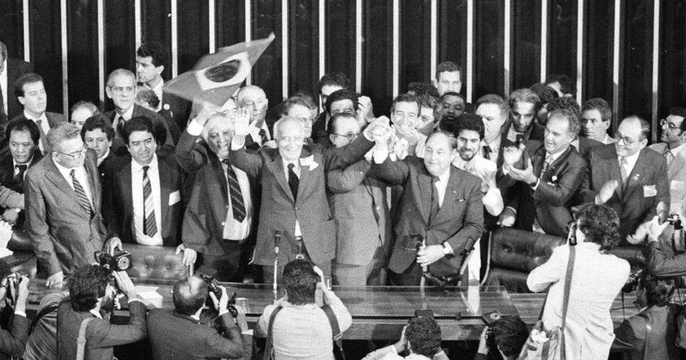 O então Presidente da Assembleia Constituinte de 1988, Ulysses Guimarães, promulga a nova Constituição de 1988.