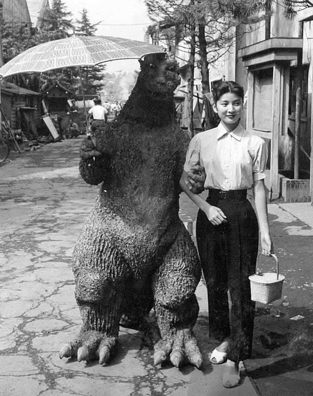 Haruo Nakajima (fantasiado de Godzilla) e Momoko Kochi no set de Godzilla, 1954