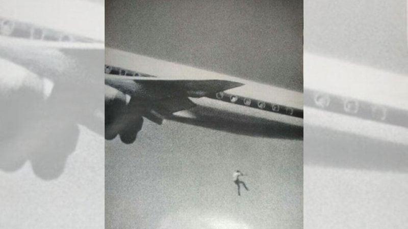 Última imagem de Keith Spasford, um garoto australiano de 14 anos que queria explorar o mundo, então se esgueirou até a roda de um avião no aeroporto de Sydney, na Austrália, mas ela se abriu e ele despencou no ar. O fotógrafo John Gilpin estava testando suas novas lentes quando registrou o momento.