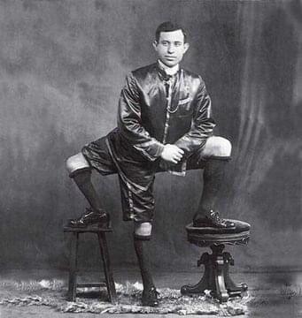 Este é Frank Lentini, orgulhoso proprietário de três pernas, 16 dedos e dois pares funcionais de órgãos genitais (1884-1966)
