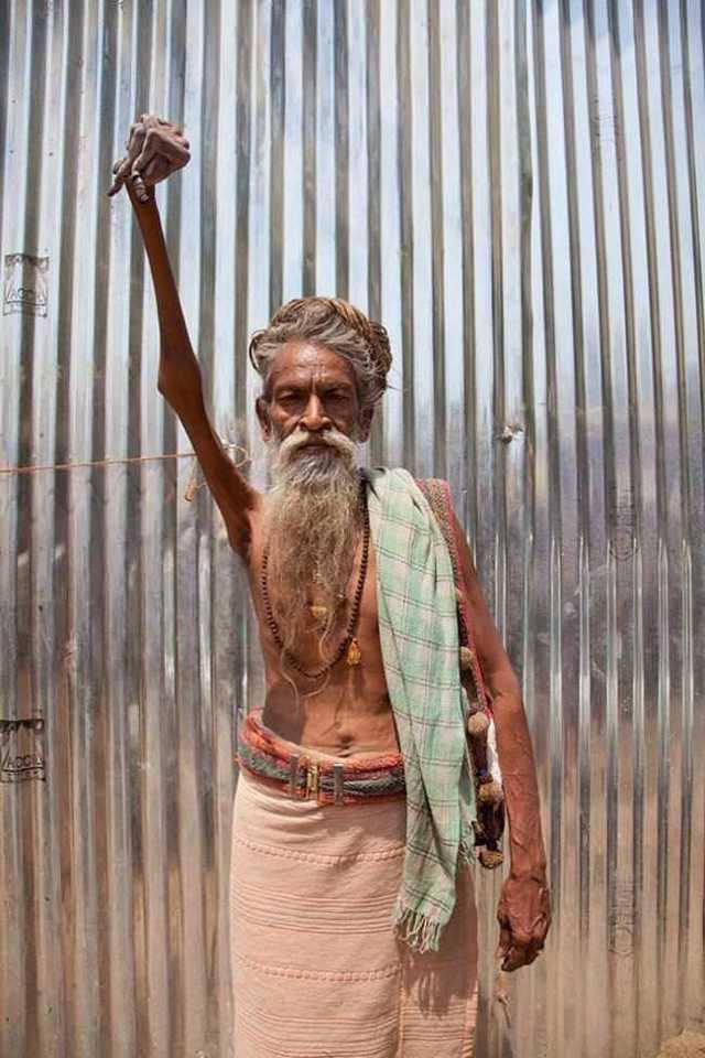 Este homem decidiu dedicar o resto da sua vida a um deus do hinduísmo, por isso em 1973 ele resolveu manter a mão suspensa pelo resto da sua vida