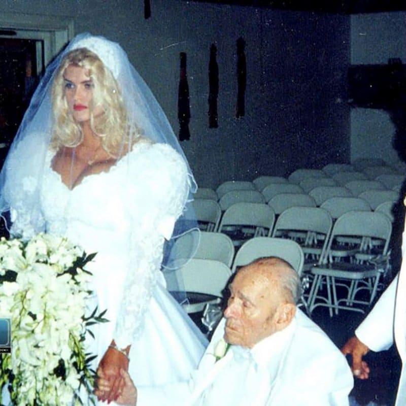 Anna Nicole Smith e o magnata do petróleo J. Howard Marshall no dia do seu casamento, em 1991. Anna era uma stripper de 24 anos quando conheceu o bilionário de 86 anos. Apenas 14 meses após o casamento, Marshall morreu. Curiosamente, ele não colocou seu nome em nenhum dos seis testamentos que deixou. Algum tempo depois, ela processou a família de Marshall. Anna morreu em 2007, em decorrência de