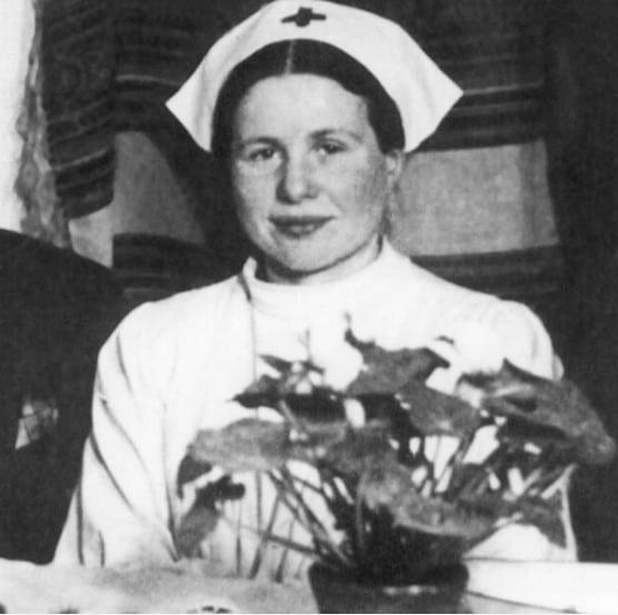 Esta é Irena Sendler, uma assistente social e enfermeira polonesa que contrabandeou cerca de 2500 crianças judias para fora de Varsóvia ocupada pelos nazistas. Mais tarde, ela foi capturada pelos nazistas e apesar de ter sido torturada e ter seus braços e pernas quebrados, recusou-se a rever os nomes e paradeiro das crianças que resgatou