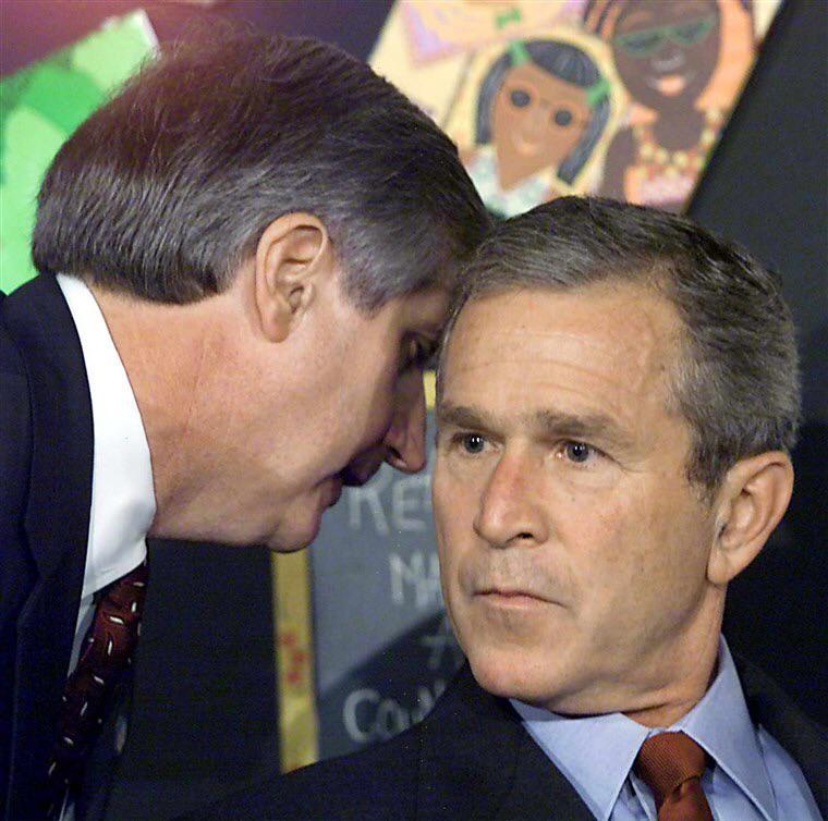 Momento em que Bush era informado sobre os ataques de 11 de setembro. Ele participava de um evento em uma escola primária
