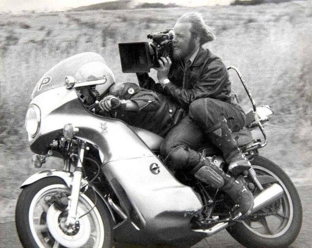 Diretor de fotografia David Eggby filmando cena de ação de