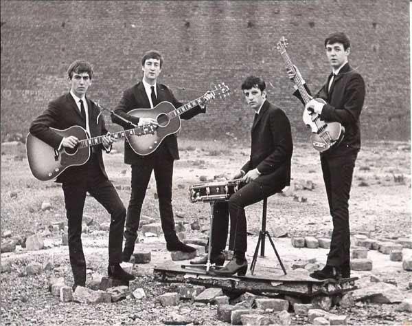 Os Beatles em 1962. Uma das primeiras fotos tiradas depois que Ringo se juntou oficialmente à banda