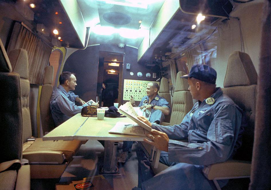 Astronautas da Apollo 11 (Mike Collins, Buzz Aldrin e Neil Armstrong) em quarentena depois de voltar da Lua, em 26 de julho de 1969
