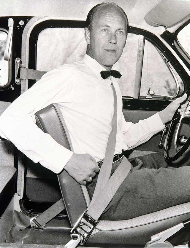 Nils Bohlin, engenheiro sueco da Volvo, que inventou o cinto de segurança de 3 pontos. Em vez de manter a patente privada, ele a tornou gratuita para que todos os fabricantes de automóveis usassem sua criação.