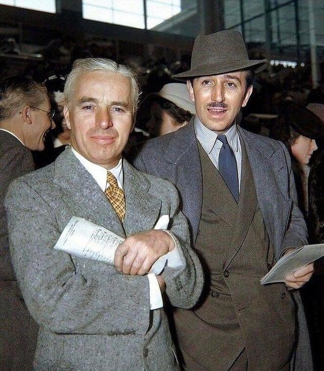Charlie Chaplin e Walt Disney numa pista de corrida, final dos anos 1930.