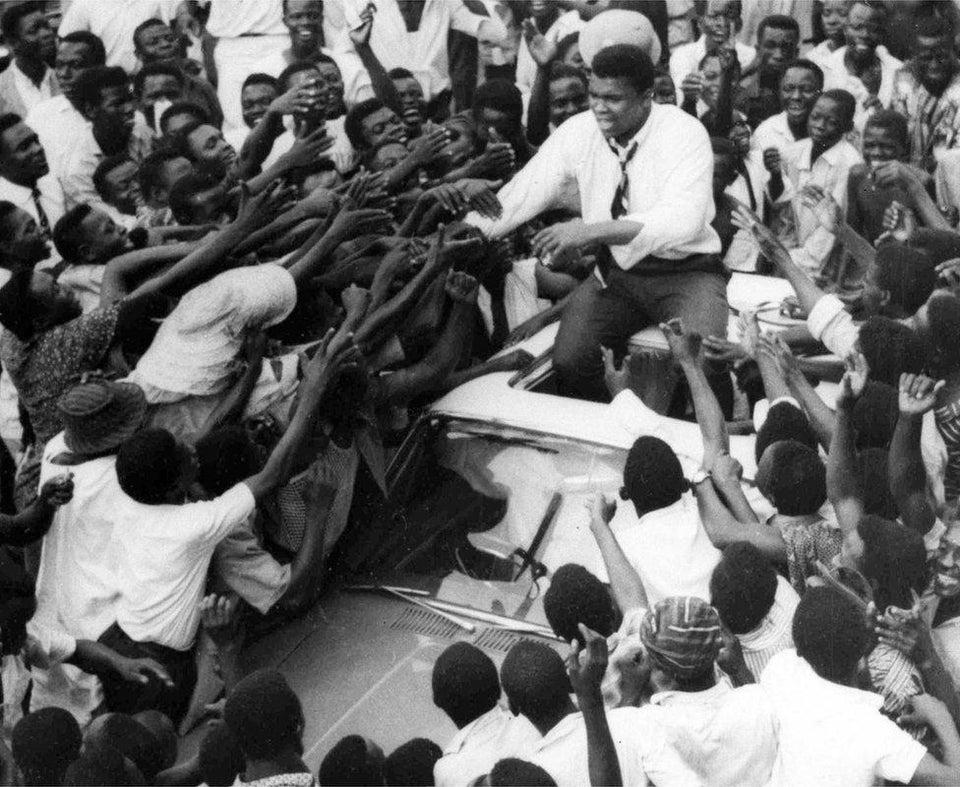 Muhammad Ali cumprimentando uma multidão de fãs na Nigéria, 1964