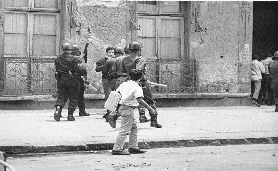 Um jovem Ernesto Zedillo enfrenta sozinho um grupo de granadeiros durante confrontos estudantis em La Ciudadela, em 1968, no México. Em resposta, ele acabou sendo atingido por um deles. Anos mais tarde, Zedillo seria o 61º presidente do México.