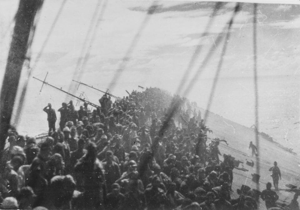 Tripulação do porta-aviões japonês Zuikaku, que estava afundando. Ao invés de fugirem os oficiais ficaram em suas posições saudando sua bandeira, enquanto ela é baixada pela última vez. 25 de outubro de 1944