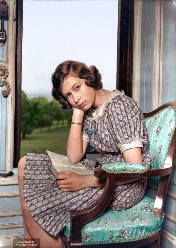Foto colorizada da princesa Elizabeth lendo no Castelo de Windsor, em 1940, quase um ano após o início da 2ª Guerra Mundial
