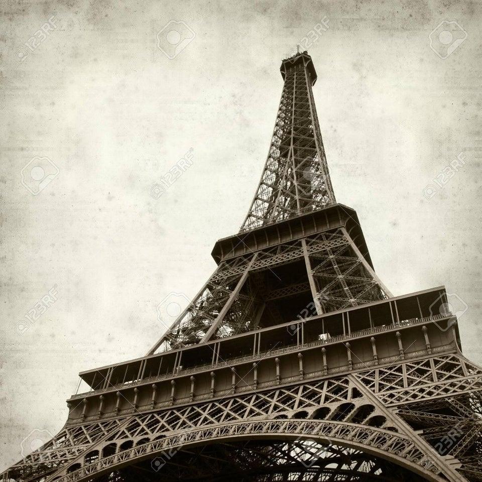 A Torre Eiffel fica mais alta em até 15 centímetros durante o verão, quando a temperatura chega a 40º C. O calor extremo faz com que o metal na base se expanda, aumentando a altura da torre. Também faz com que o topo da torre se incline para longe do sol em até 7 polegadas