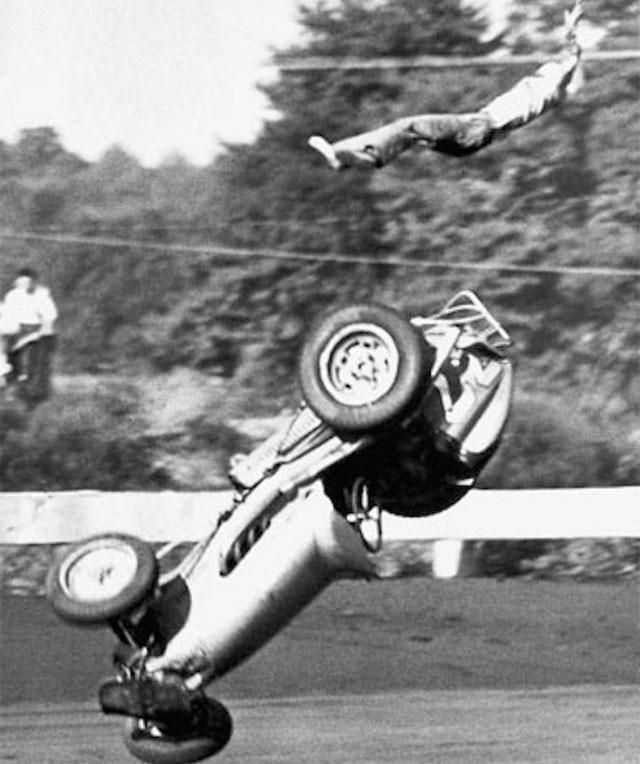 Esta foto mostra um acidente incrível ocorrido com Charlie Musselman. O piloto saiu sem ossos quebrados mesmo depois de ser arremessado do carro, em 1957