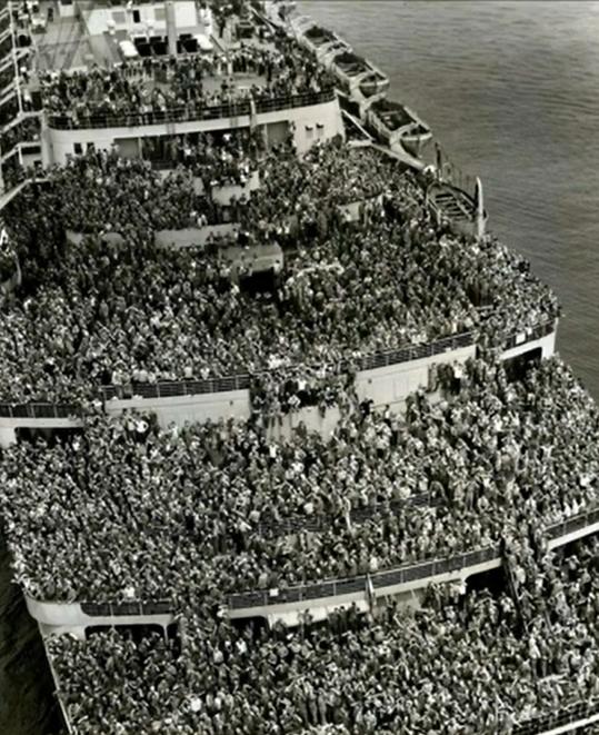 Soldados da 2ª Guerra Mundial voltando da guerra para casa, em 1945