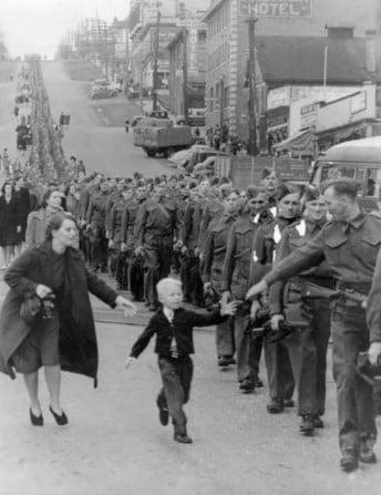 Menino seu conseguir superar a partida de seu pai para a Segunda Guerra, em 1940.