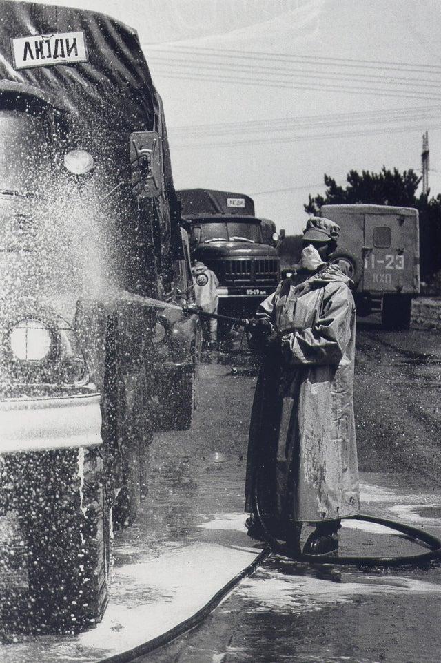 Caminhão do exército soviético sendo descontaminado em Chenobyl, 1986.