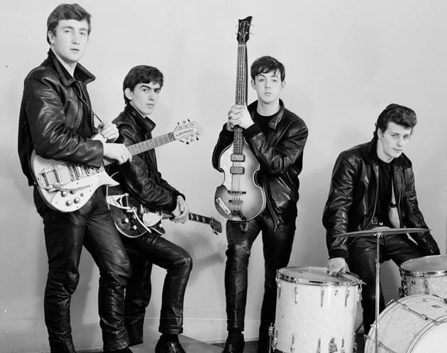 John, George, Paul e um desconhecido Pete Best, que foi baterista da banda até 1962, quando foi demitido pelo empresário do grupo, sendo substituído por Ringo Starr.