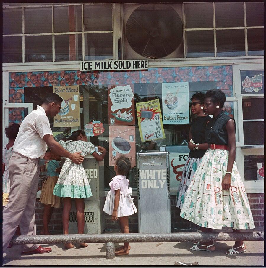 Em Mobile, Alabama, 1956, existiam bebedouros exclusivos para negros e brancos.