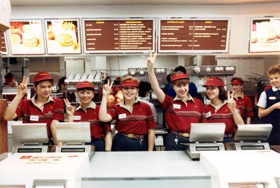 Equipe do primeiro McDonald's inaugurado na Rússia, em 1990.
