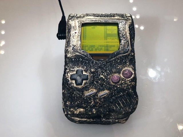 Este Gameboy sobreviveu à Guerra do Golfo (1991). Ele pertencia a Stephan Scoggins, que teve sua barraca atacada, deixando o videogame praticamente derretido. Curiosamente, apesar dos botões danificados, o aparelho ainda funcionava. A Nintendo presenteou o soldado com um modelo novo e o derretido está em exposição na loja oficial da marca, em Nova Iorque.