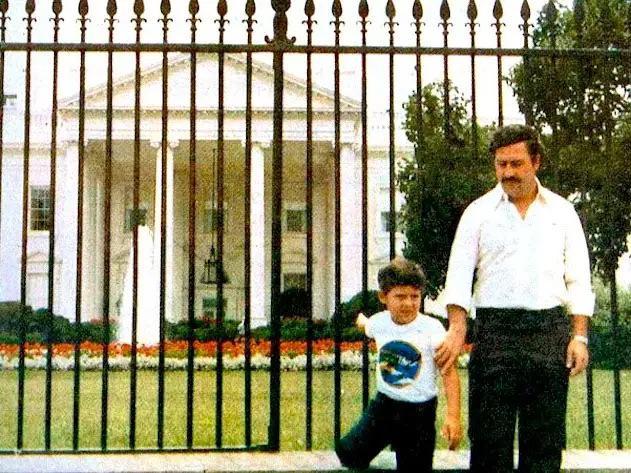 Pablo Escobar e seu filho em frente à Casa Branca - 1981.