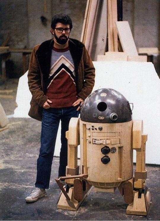 George Lucas com um protótipo inicial do R2-D2.