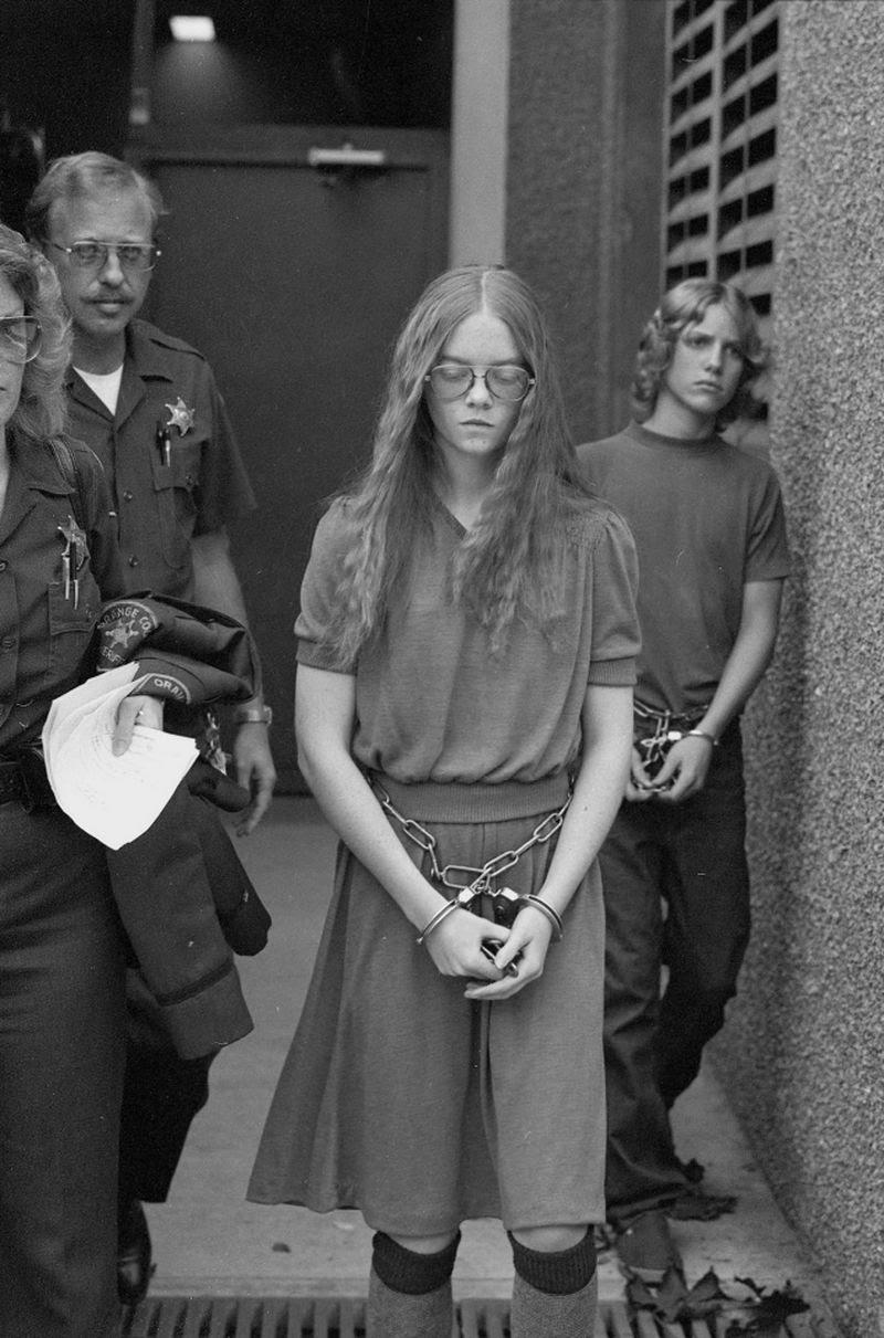 Brenda Spencer, de 16 anos, deixa o tribunal em Santa Ana, Califórnia, após confessar culpada por duas acusações de assassinato em um ataque a uma escola em San Diego, em 1979. Ela matou duas pessoas e feriu outras nove. Após ser julgada, ela foi condenada à prisão perpétua.