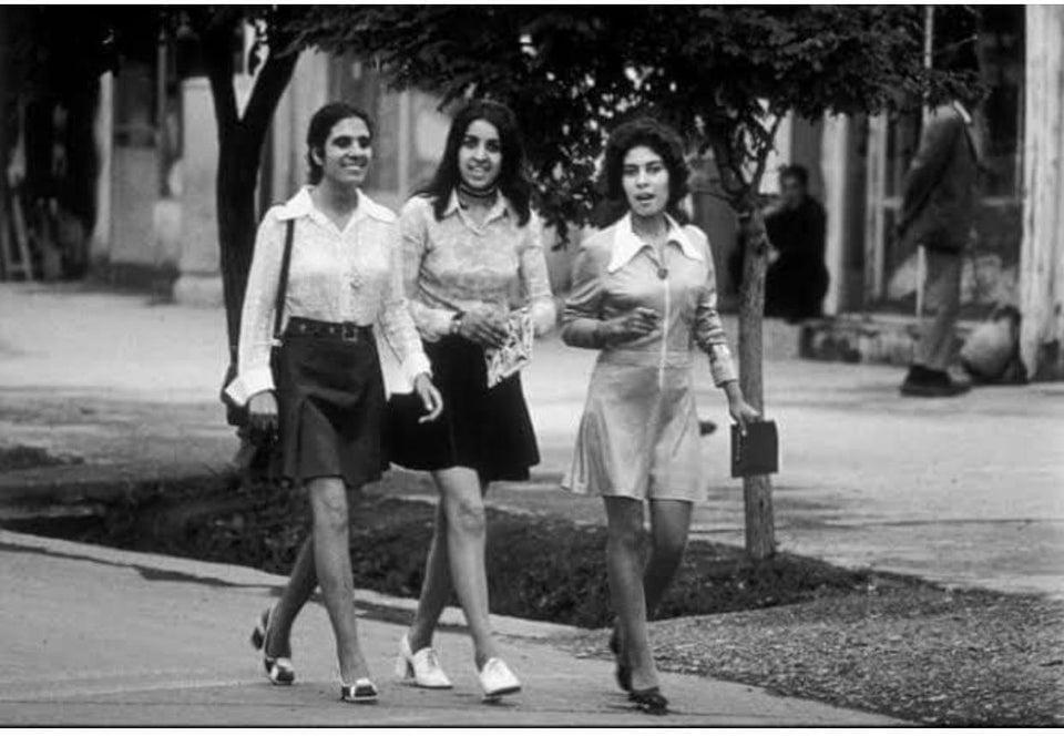 Três mulheres caminhando tranquilamente por uma rua de Cabul, Afeganistão, em 1972. Cena improvável hoje.