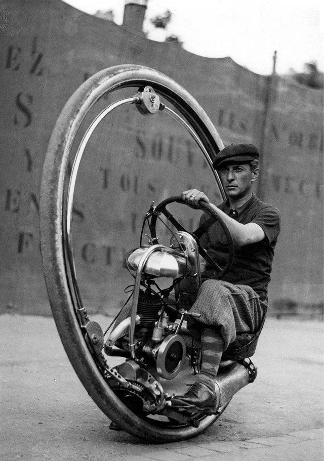 Davide Chislagi, um inventor italiano, testando sua moto de roda única na França, em 1933.