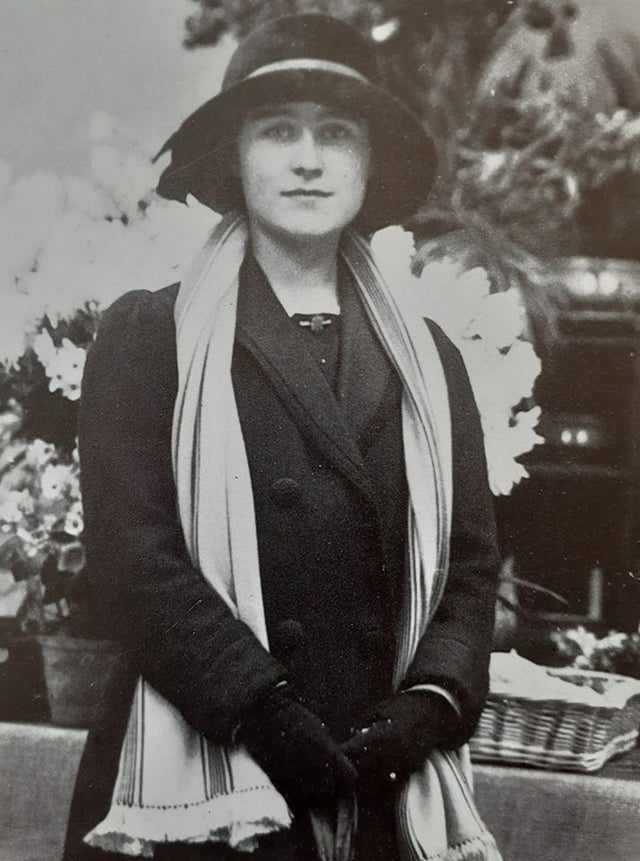 Rainha Elizabeth (então Lady Elizabeth Bowes-Lyon), em 1915.
