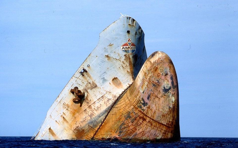 A seção da proa do superpetroleiro Amoco Cadiz após acidente, quando chocou-se contra recifes que fizeram partir-se em dois, despejando 220 mil toneladas de petróleo na costa francesa em março de 1978. Foi o pior desastre ecológico dos anos 70.