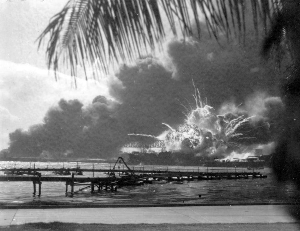 Flagrante registrado em Pearl Harbor, Havaí, mostrando exato momento em que navio de guerra americano explodia em chamas, em 7 de dezembro de 1941.