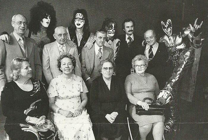Banda Kiss com seus pais, em fotografia tirada em 1976.