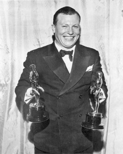 Harold Russell, um veterano militar com amputação dupla, exibindo seus dois Oscars, um como Melhor Ator Coadjuvante, por