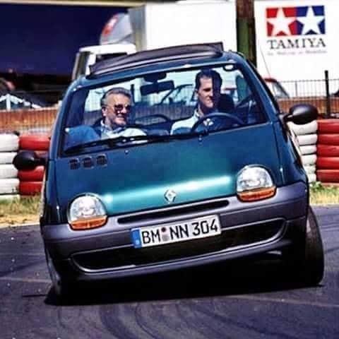 Michael Schumacher dirigindo um Renault Twingo, 1995.