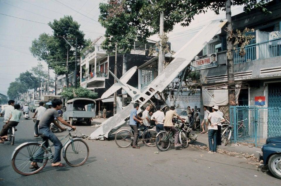 Avião transportando soldados com ouro e dólares abatido no distrito de Cholon, Saigon, abril de 1975.
