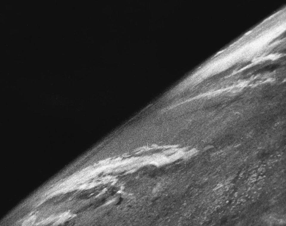 A primeira foto do espaço, tirada em 24 de outubro de 1946. Ela foi tirada por uma câmera Devry 35mm acoplada a um foguete V2 a uma altitude de 65 milhas. O foguete foi lançado do Novo México, Estados Unidos.