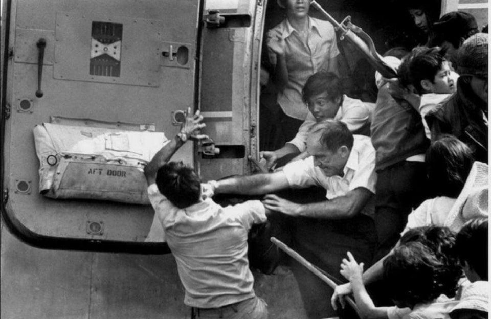 Americano dá soco no rosto de um vietnamita enquanto ele tenta fechar a porta de um avião lotado de refugiados que tentavam fugir de Nha Trang, quando o Vietnã do Norte foi tomado, em 1975.