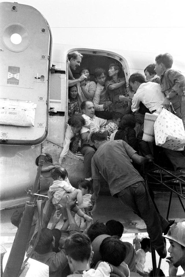 Esta outra foto também foi tirada em Nha Trang, em 1º de abril de 1975, durante a retirada dos Estados Unidos do Vietnã do Sul.