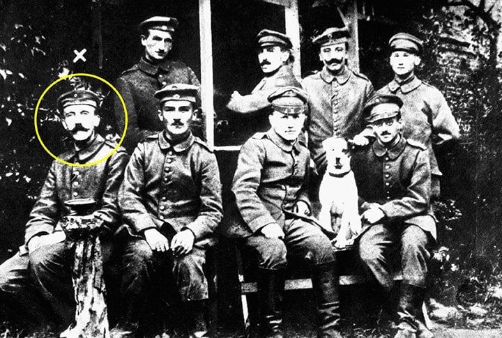 Neste dia, em 1914, um austríaco de 25 anos, chamado Adolf Hitler, se alista para lutar no exército alemão. Quando a guerra terminou, ele ganhou duas cruzes de ferro.