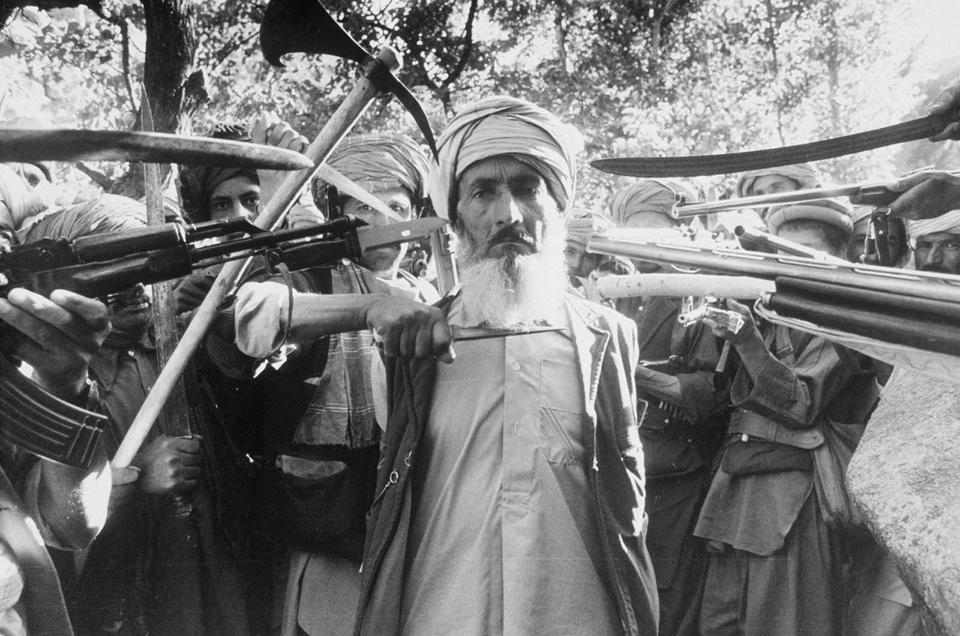 Execução de um homem considerado traidor durante a guerra do Afeganistão, em 1980.