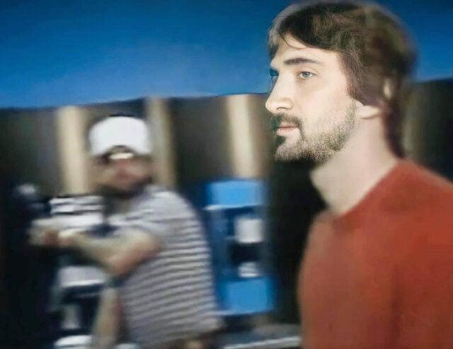 Momentos depois que as câmeras de televisão capturaram esta imagem, Gary Plauche, um pai da Lousiana, aproximou-se de Jeff Doucet, o homem que sequestrou e estuprou seu filho, e o matou com um tiro ao vivo na TV. Em 16 de março de 1984, no Aeroporto Metropolitano de Baton Rouge, Louisiana.
