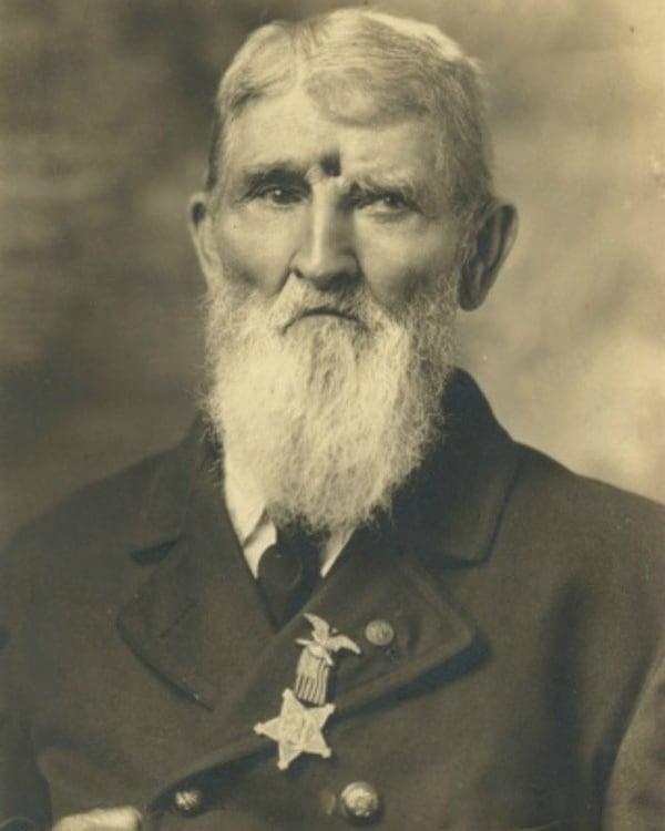 Jacob Miller, veterano norte-americano da Guerra Civil, que foi baleado na testa em Brock Field, em Chikamauga, Georgia, em 1863. Ele contou que estava tão coberto de sangue, que nem seu ex-capitão o reconheceu