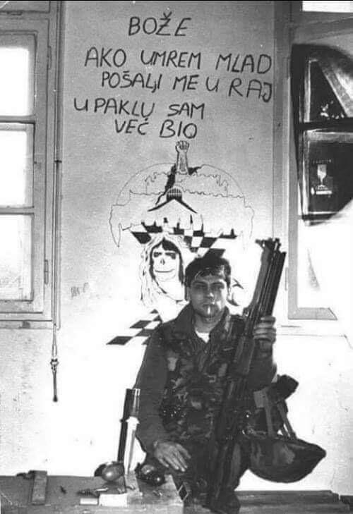 Soldado croata diante de um grafite que diz: