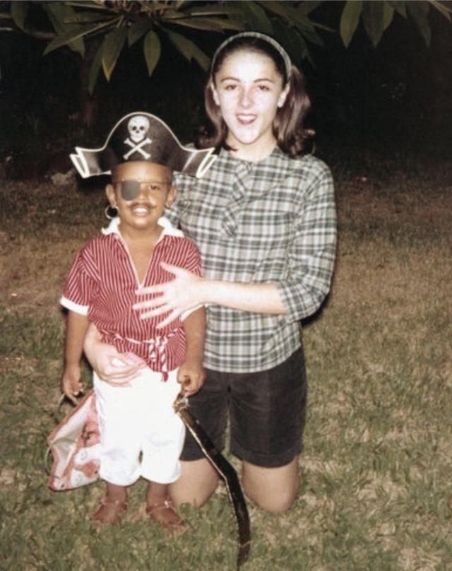 Barack Obama com sua mãe no Halloween de 1964.
